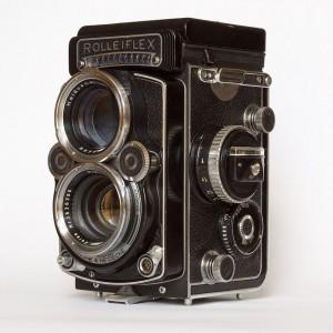 1024px-Rolleiflex_f2-8-F